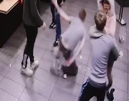 فيديو : أحدهم تحرش بها.. امرأة تضرب 3 رجال بكعب حذائها..