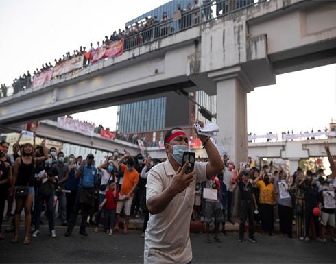 شاهد : مظاهرات حاشدة بميانمار احتجاجا على الانقلاب والسلطات تهدد بالرد