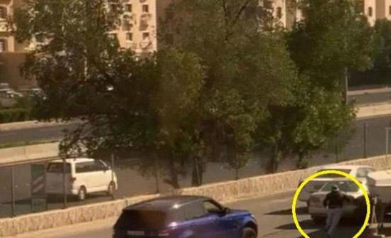 محاولة دهس تثير جدلا في الكويت - فيديو