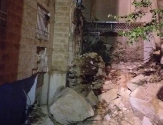 بالصور - انهيار مقطع صخري على بناية سكنية في ضاحية الرشيد