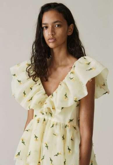 صيحة الفساتين بخط عنق الفراشة.. مثالية لموسم الربيع