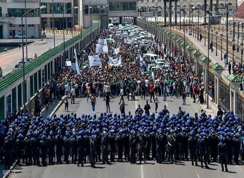 الجزائر.. حملة اعتقالات في صفوف المتظاهرين