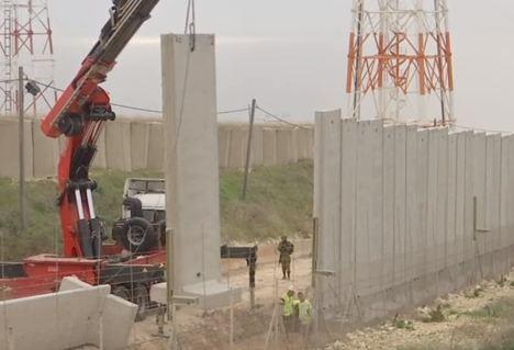 شاهد... أعمال بناء الجدار الفاصل على الحدود اللبنانية الإسرائيلية