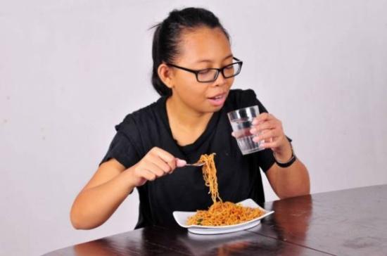 لهذا السبب الخطير.. لا تتناول المشروبات باردة مع أو بعد الطعام!
