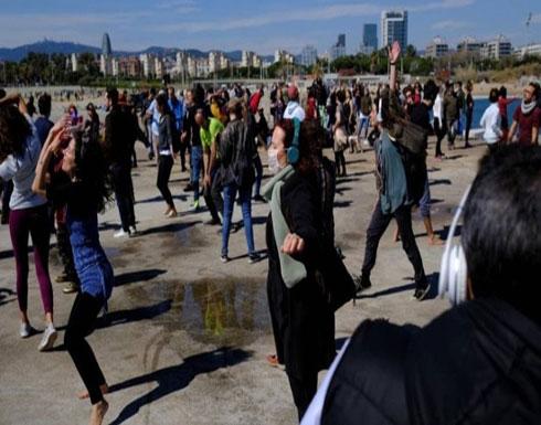 للالتفات على قيود كورونا.. حفلات رقص صامتة على الشاطئ! ( صور )