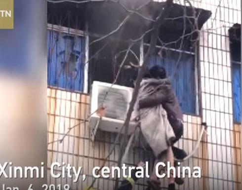 رجل شجاع ينقذ امرأة حامل من حريق شقة (فيديو)