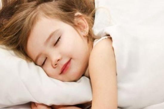 الأطفال المحرومون من النوم أكثر إقبالا على الطعام