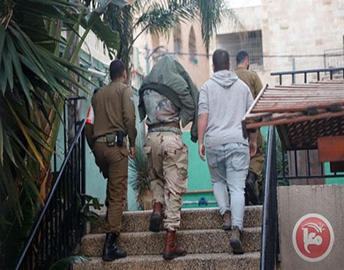 شاهد : ضابط بالجيش الإسرائيلي سمح لجنوده بالتنكيل بمعتقلين