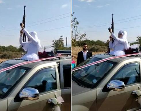 عروس محجبة تخرج من سقف سيارة وتطلق الرصاص .. بالفيديو