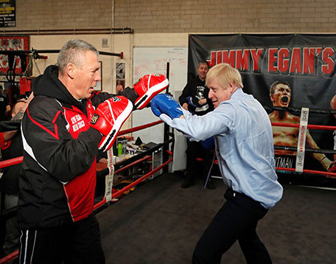 شاهد: رئيس الوزراء البريطاني يدخل حلبة النزال ويتدرب على الملاكمة