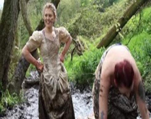 سيدات يحتفلن بطلاقهن بارتداء فساتين الزفاف والسير بها في الطين (فيديو)