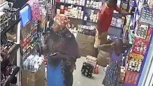 بالفيديو.. أطفال يسرقون سوبر ماركت بصحبة والدتهم