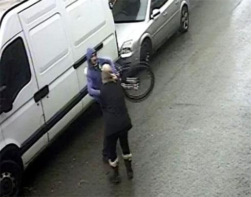 شاهد : ماذا فعلت مسنة  بريطانية في لص حاول بيع عجلة مسروقة لها