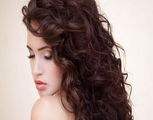 5 أقنعة طبيعيّة يحتاجها شعركِ المجعّد