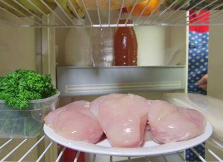 هل تجلدين الدجاج بهذه الطريقة؟ إنتبهي لهذه الأخطاء الفادحة