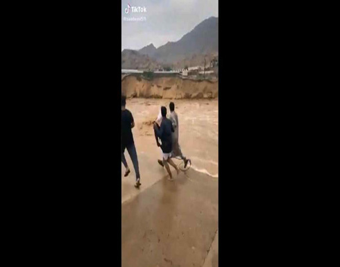 """""""موقف رجولي"""".. سعودي يخاطر بحياته لينقذ طفلا جرفته السيول.. بالفيديو"""