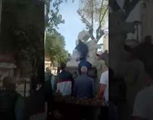 """بالفيديو.. محاولة تخريب تمثال """"المرأة العارية"""" بالجزائر"""