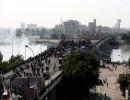 محتجو بغداد يصلون إلى جسر الأحرار