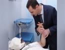 بشار الأسد يزور جريحا في مستشفى عسكري بدمشق عام 2012