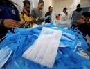ورشة لصناعات الكمامات في مصر