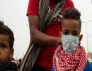 طفل يضع كمامة أثناء التظاهر في بغداد