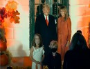 """شاهد : ترامب وزوجته يلتقيان شبيهيهما الصغيرين أثناء الاحتفال بعيد """"الهالوين"""""""