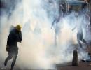 محتجون عراقيون يفرون من قوات الأمن وقنابل الغاز