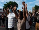 """شاهد : محتجون """"يحرقون"""" مينيابوليس بعد مقتل أمريكي أسود"""