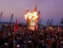رفع المتظاهرون لافتات تطالب بانتخابات نيابية مبكرة