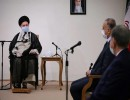 الكاظمي (يمين) خلال لقائه خامنئي في طهران