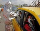 الهلال الأحمر الإيراني يفحص ركاب سيارة للتأكد من عدم إصابتهم بفيروس كورونا على إحدى الطرق السريعة
