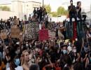 آلاف المتظاهرين في باريس احتجاجا على عنف الشرطة