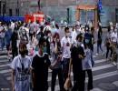 أشخاص يضعون كمامات يسيرون في أحد شوارع شنغهاي.