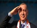 أردوغان يؤدي التحية العسكرية