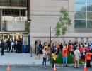 أمريكيون يحتجون على عمليات الإخلاء أمام محكمة الإسكان في حي برونكس في مدينة نيويورك