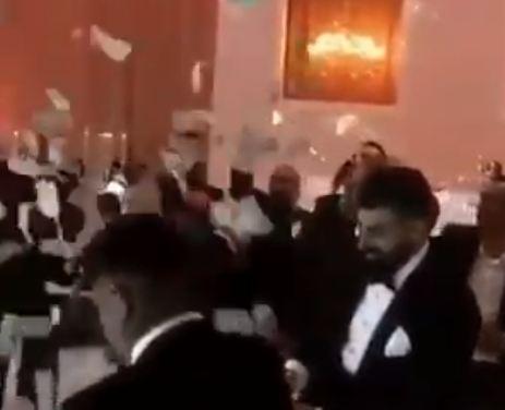 أصدقاء العروسين يمطرانهما بالمال خلال الرقص في حفل الزفاف (فيديو)