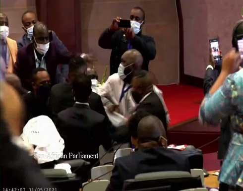 """شاهد : فوضى ومشاجرات في البرلمان الإفريقي و """"مسلحون في القاعة"""""""