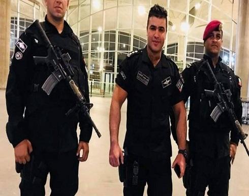 بالفيديو .. ضابط في القوات الخاصة الأردنية يسحب ناقلة جنود مصفحة بوزن 27 طنا