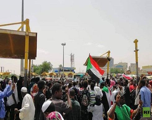 شاهد : قوات المجلس العسكري تطلق الغاز المسيل للدموع لتفريق المتظاهرين