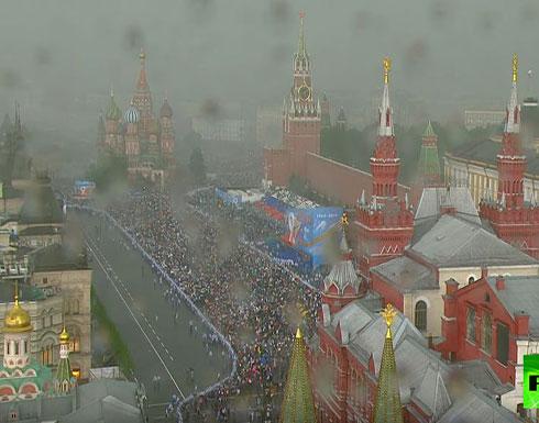 """شاهد : عاصفة مطرية تداهم """"الفوج الخالد"""" في موسكو"""
