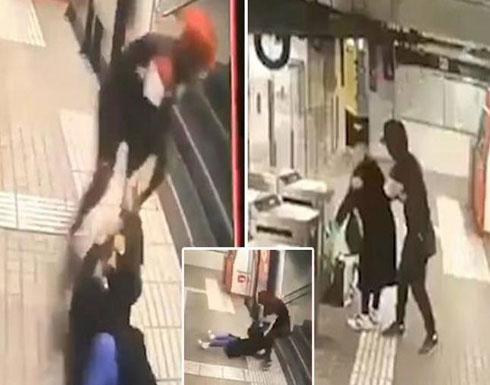 شاهد : اعتداء وحشي من لص على سيدة حاول سرقتها بمحطة مترو برشلونة