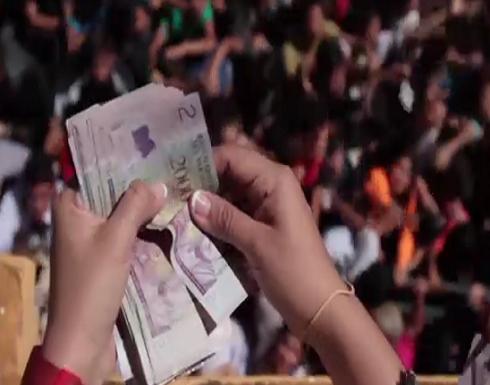 بالفيديو : مئات الأطفال في البارغواي يتدافعون لالتقاط نقود متطايرة والسبب