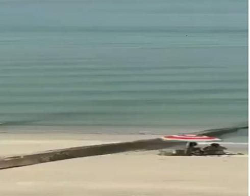القبض على فتاتين بملابس فاضحة على الشاطئ في الكويت .. بالفيديو