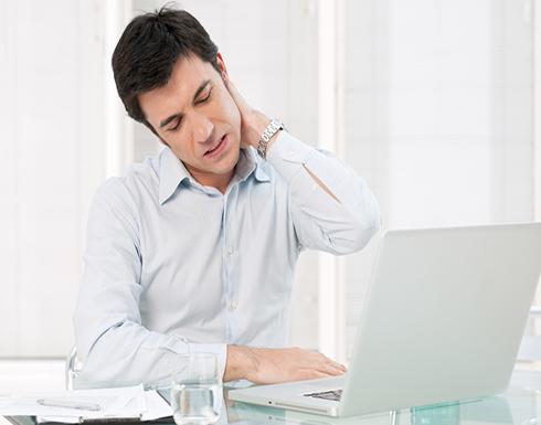 الجلوس لفترات طويلة يهدد الموظفين بضمور العضلات وتآكل الغضاريف وهذا هو الحل
