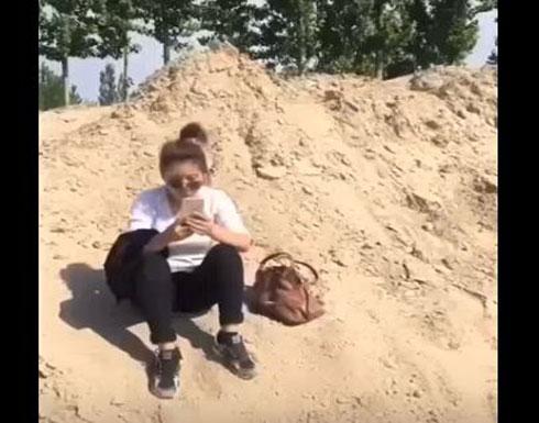 لص يتعرض لدرس قاسٍ بسبب حقيبة فتاة (فيديو)