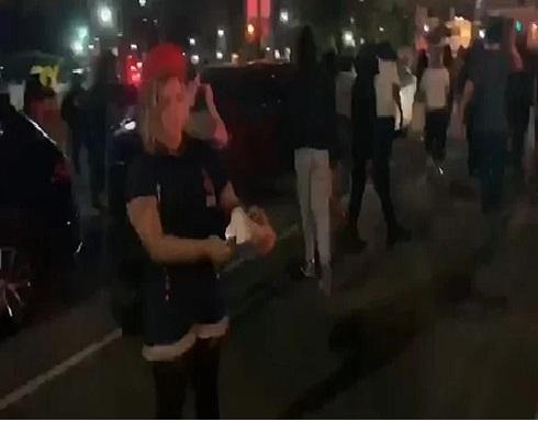 شاهد .. متظاهرون يلقون المولوتوف على سيارة شرطة خلال الاحتجاجات في نيويورك
