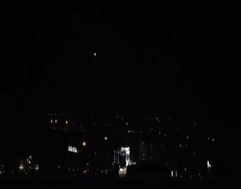 شاهد : سماع دوي انفجارات في سماء ريف دمشق ودفاعات الجيش السوري تتصدى