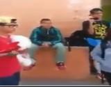 """طالب ثانوي يقدم الورد ويعرض علاقة على زميلته الأصغر منه في الشارع """"فيديو"""""""
