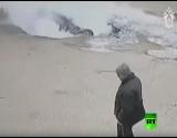 بالفيديو : مصرع شخصين إثر سقوط سيارتهما في حفرة مليئة بالماء المغلي في بينزا الروسية