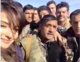 جندي سوري يتغزل بـ عيون كندا حنا… شاهد ماذا فعل!